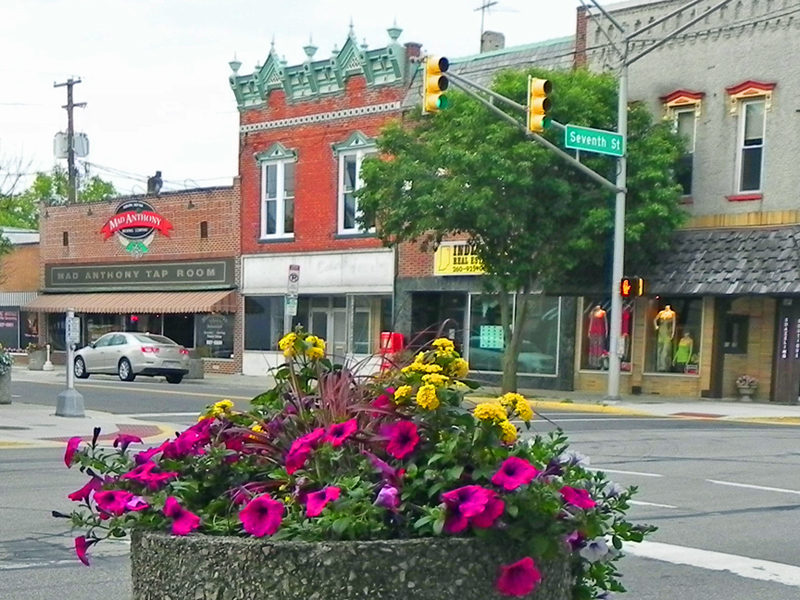 downtown-auburn-indiana-courtyard-square-flowers